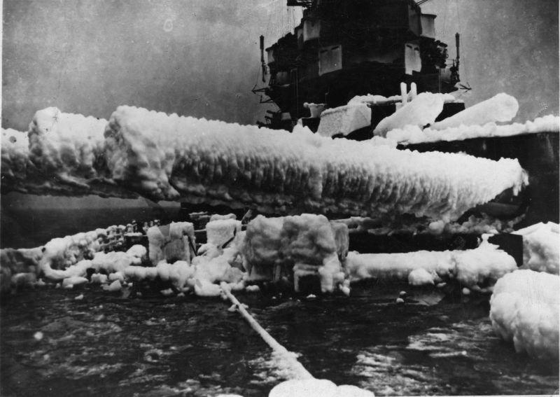 Обледенение стволов орудий главного калибра английского линкора HMS «Anson» во время операции по сопровождению конвоя в арктических водах. 1943 г.