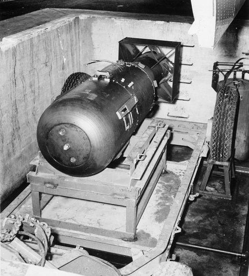 Атомная бомба «Малыш» перед погрузкой в бомбардировщик. 1 августа 1945 г.