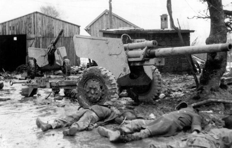 Американские противотанковые 76,2-мм пушки М5 и погибшие солдаты. 1944 г.