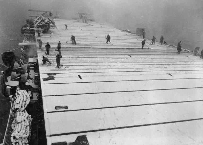 Экипаж HMS «Fencer» очищает от снега палубу. 1943 г.
