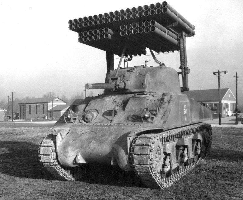 Реактивная система залпового огня Т34 «Каллиопа» на танке М4А3 «Шерман» на испытательном полигоне. 1944 г.