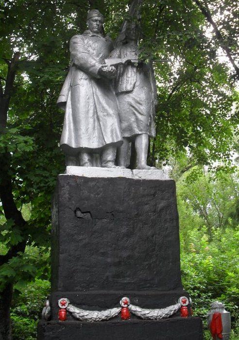 с. Тимановка Шосткинского р-на. Памятник, установленный в 1954 году на братской могиле, в которой похоронен 71 советский воин, погибший в сентябре 1941 и сентябре 1943 годов.