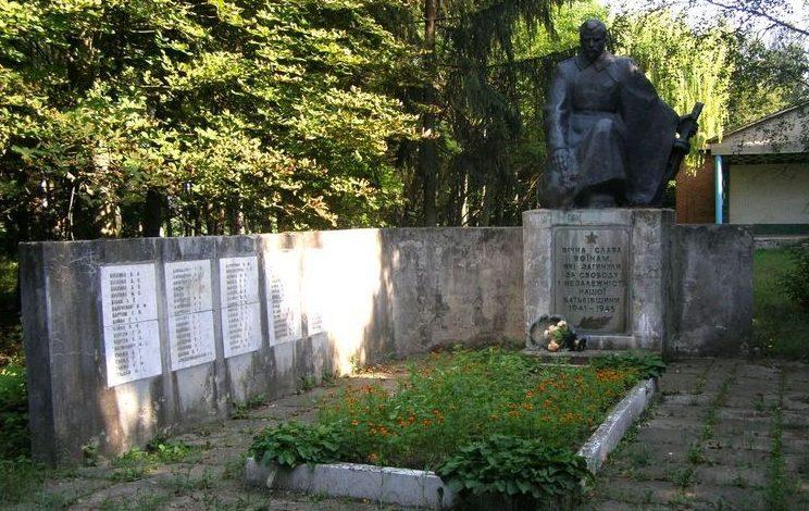 с. Салогубовка Роменского р-на. Памятник погибшим односельчанам.