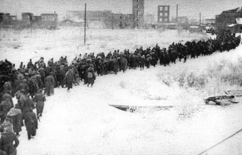 Колонна немецких военнопленных проходит через Сталинград. 1943 г.