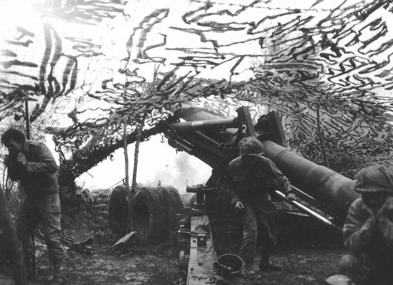 Расчет 155-мм полевой гаубицы М1 в Нормандии. 1944 г.