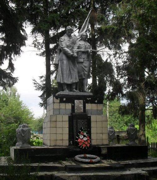 с. Чаплиевка Шосткинского р-на. Памятник, установленный на братской могиле советских воинов.