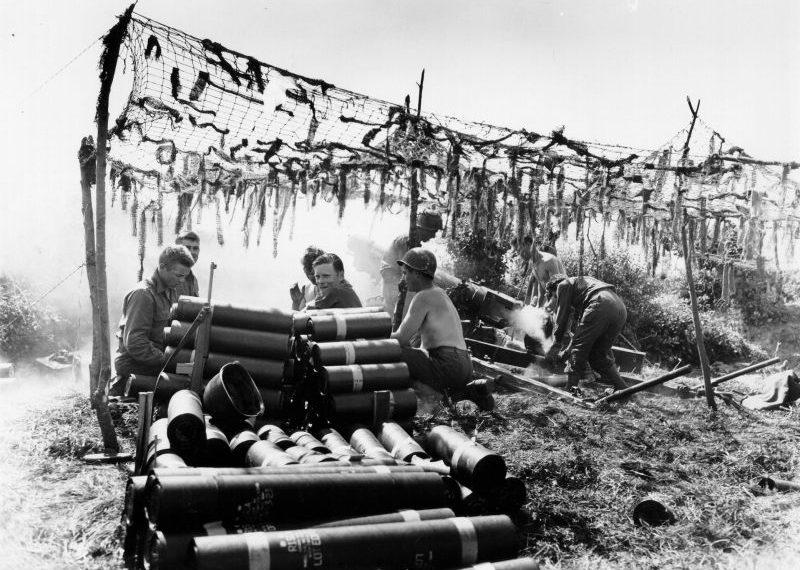 Артиллеристы ведут огонь из 105-мм гаубицы М3 по целям во французском Бресте. 1944 г.