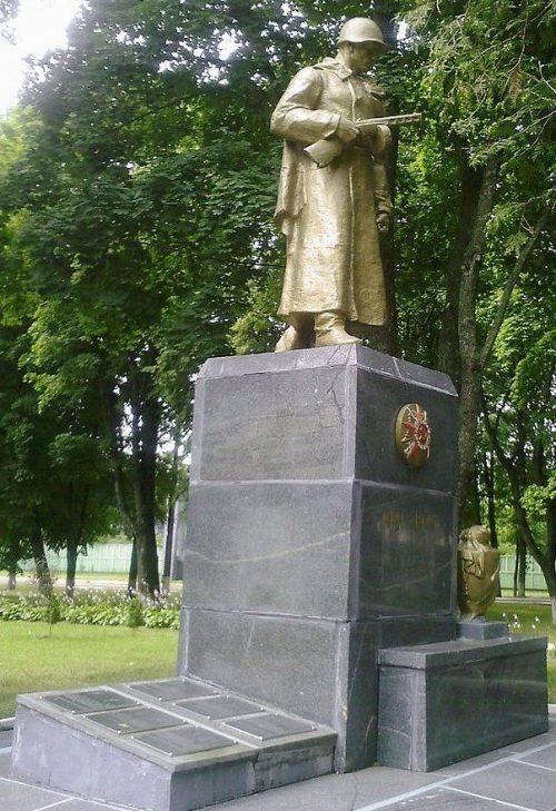 г. Шостка. Памятник, установленный в 1966 году на братской могиле, в которой похоронен 91 советский воин, погибший в сентябре 1943 года.