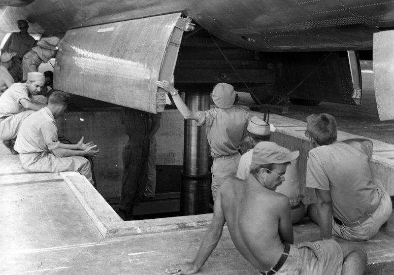 Загрузка «Малыша» в бомболюк. 6 августа 1945 г.