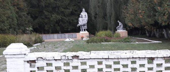 с. Сулимы Роменского р-на. Братская могила советских воинов и памятник воинам-землякам.