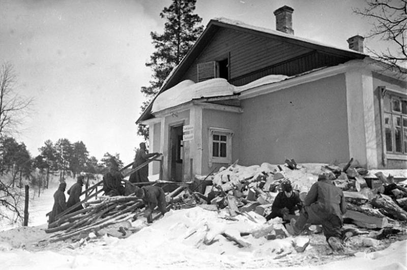 Немецкие военнопленные на приемном пункте военнопленных в Красногорске готовят дрова для топки бани. 1943 г.