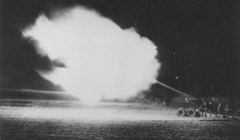 Американские 155-мм полевые пушки М1 «Длинный Том» ведут огонь. 1944 г.