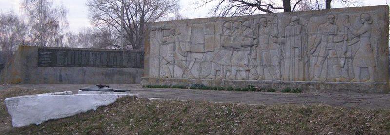 с. Хмелев Роменского р-на. Памятник, установленный в 1972 году в честь погибших односельчан.