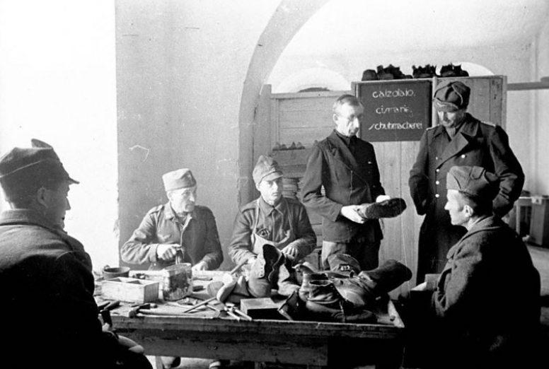 Военнопленные лагеря №160 румыны и немцы за работой в сапожной мастерской. Суздаль, 1943 г.