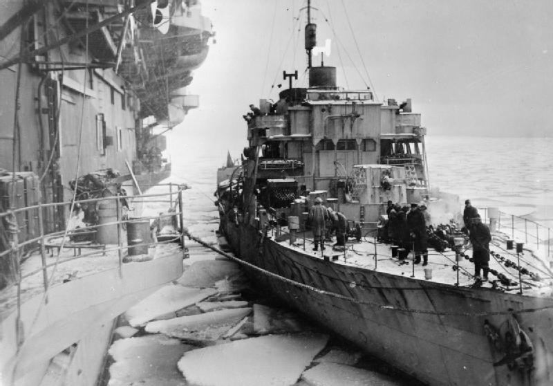 Британский корвет HMS «Honeysuckle» рядом с авианосцем HMS «Trumpeter» в Кольском заливе, покрытом паковым льдом. 1943 г.