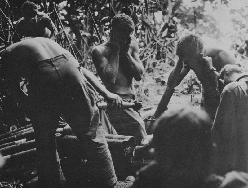 Американские солдаты ведут огонь по японским войскам из 81-мм миномета М1. 1944 г.