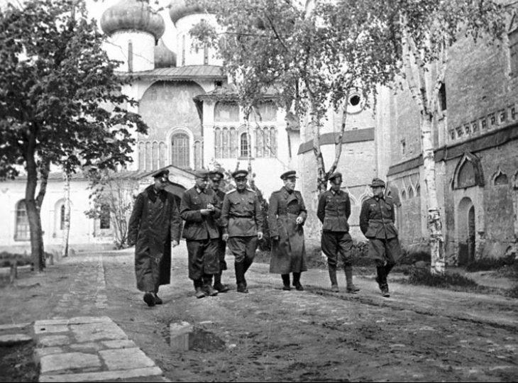 Группа немецких офицеров – военнопленных лагеря №160 с советскими офицерами на прогулке по территории лагеря. Суздаль, 1943 г.