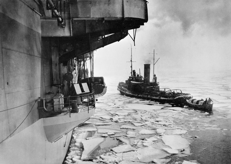 Советский буксир прокладывает путь во льдах моторному катеру HMS «Trumpeter» в Кольском заливе. 1943 г.