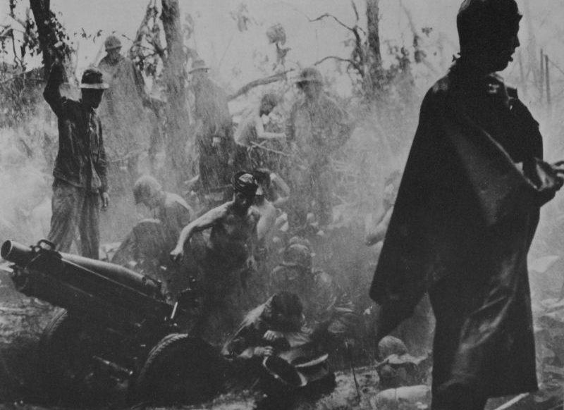 Артиллеристы ведут огонь из 75-мм гаубицы М1 во время тропического ливня на одном из островов Тихого океана. 1944 г.