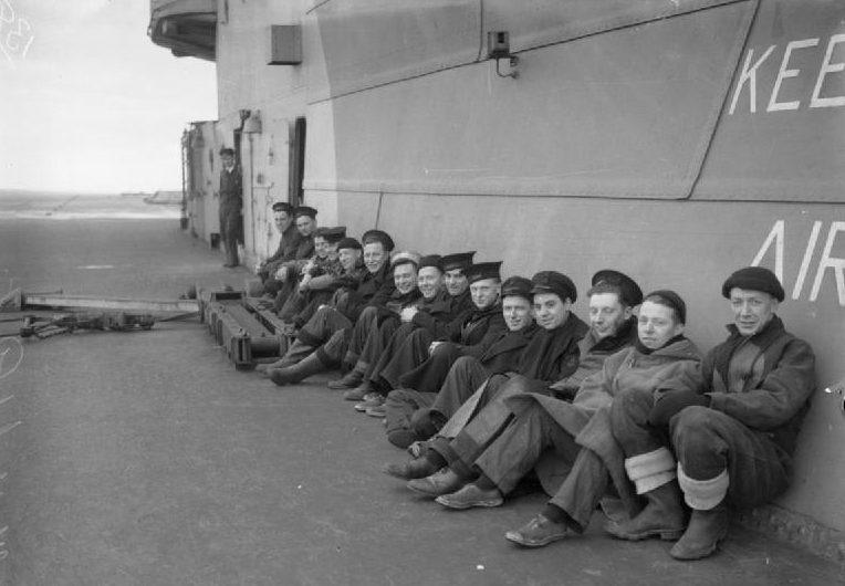 Технический персонал авианосца HMS «Victorious» в ожидании возвращения самолетов из патрулировании. 1943 г.