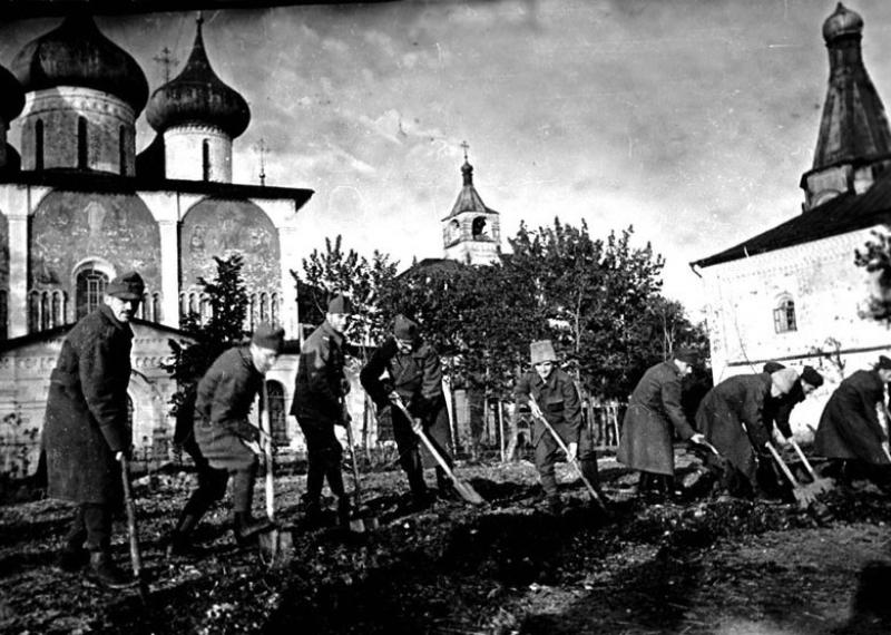 Румынские офицеры – военнопленные лагеря № 160 за работой в огороде. Суздаль, 1943 г.