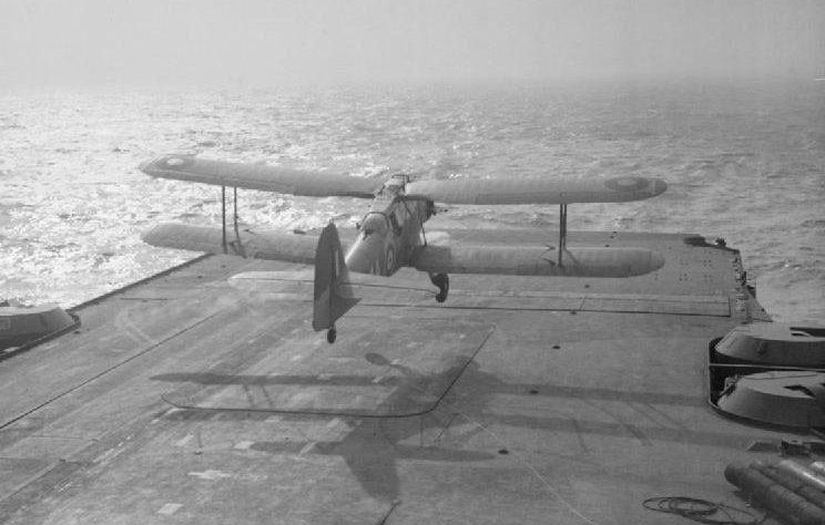 Самолет «Фэйри Альбакор» взлетает с палубы HMS «Victorious» во время Арктического конвоя. 1943 г.