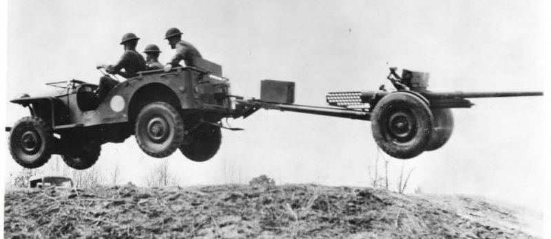 Американские артиллеристы-эктремалы. 1944 г.