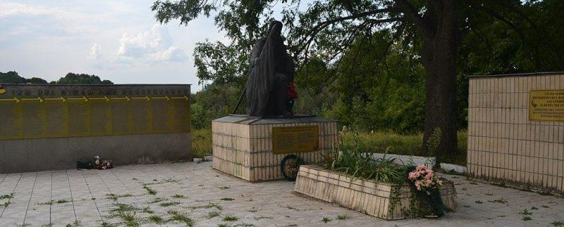с. Хоминцы Роменского р-на. Братская могила советских воинов и памятник воинам-землякам.