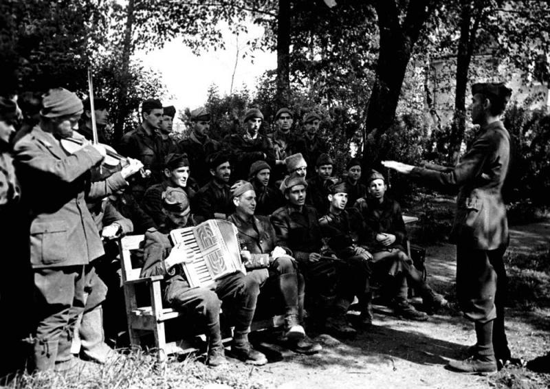 Итальянские солдаты и офицеры – военнопленные лагеря № 160 на репетиции хора. Суздаль, 1943 г.
