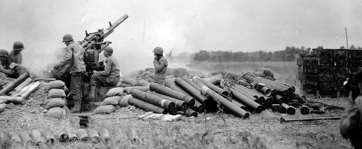 Американская 90-мм зенитная пушка М1 ведет огонь в Нормандии. 1944 г.