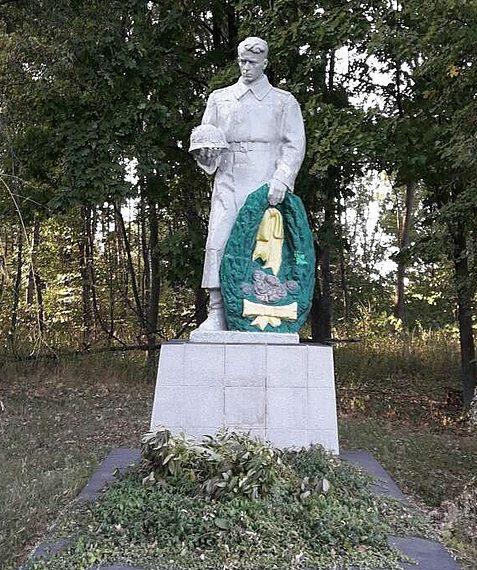 с. Ярмолинцы Роменского р-на. Братская могила советских воинов.