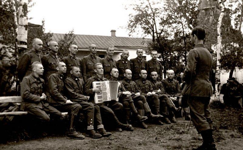 Хор венгерских военнопленных лагеря № 160 на репетиции. Суздаль, 1943 г.