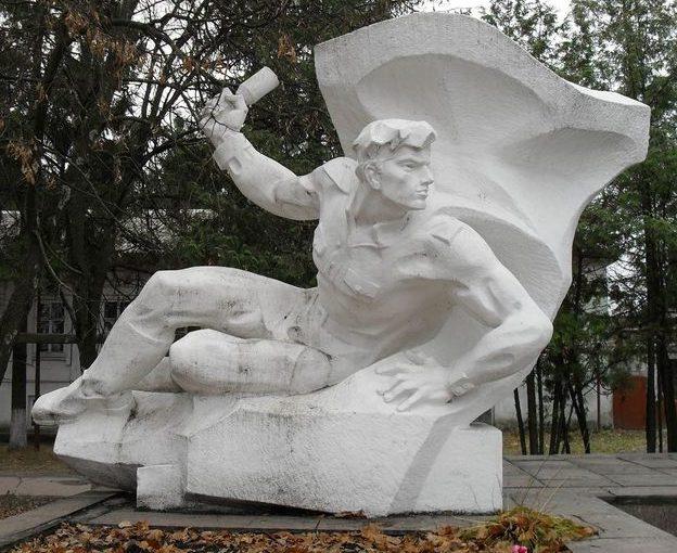 Скульптура воина на мемориале.