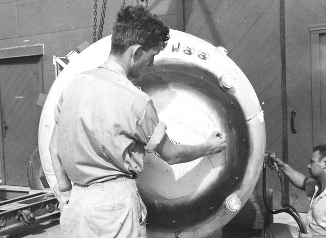 Техобслуживание атомной бомбы «Толстяк». Август 1945 г.