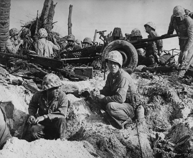 Морские пехотинцы возле 37-мм противотанковой пушки на острове Намюр атолла Кваджалейн. 1944 г.
