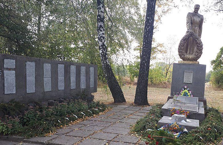 с. Ярошовка Роменского р-на. Памятник, установленный на братской могиле советских воинов и памятник воинам-землякам.