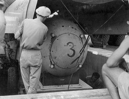 Загрузка «Толстяка» в бомболюк. 9 августа 1945 г.