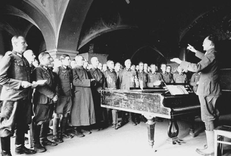 Немецкие офицеры – военнопленные лагеря № 160, участники лагерного хора на репетиции. Суздаль, 1943 г.