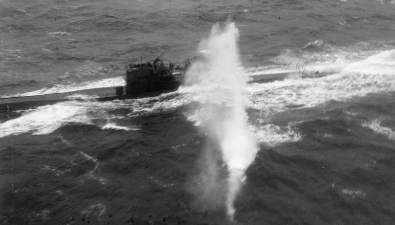 Пулемётная атака Эвенджера на подлодку U-288. Апрель 1944 г.