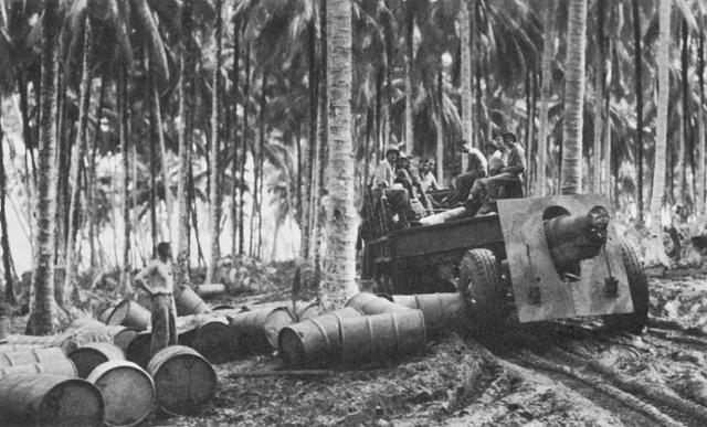 155-мм полевая гаубица в джунглях. 1944 г.