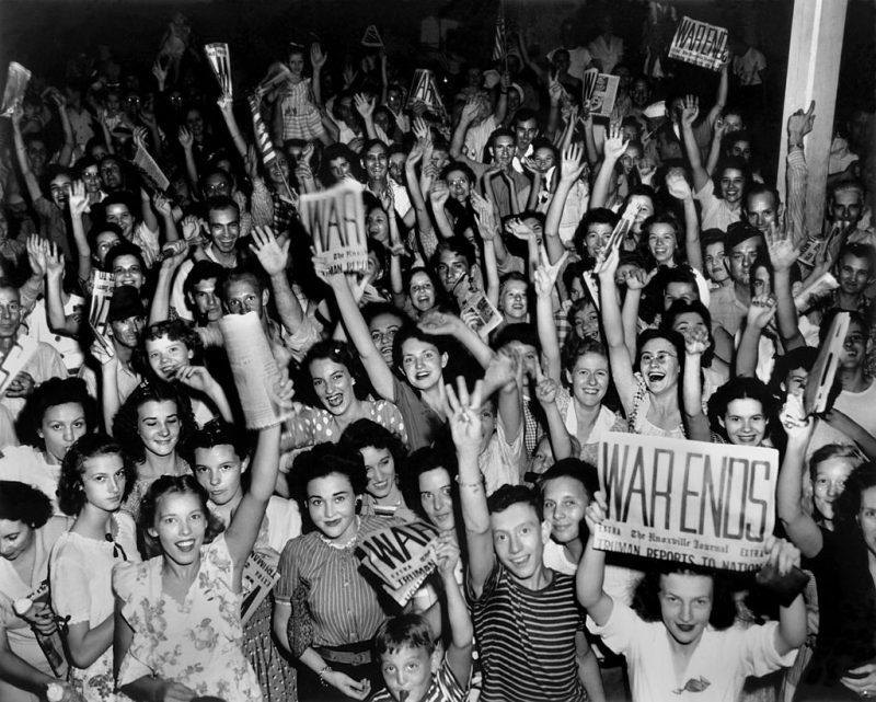 Празднование Дня VJ (объявление о капитуляции Японии) - на площади Джексон, Ок-Ридж. 14 августа 1945 года.