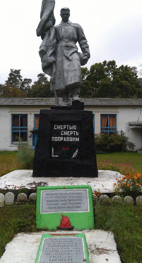 с. Большая Березка Середино-Будского р-на. Памятник, установленный на братской могиле советских воинов, партизан и памятный знак воинам-землякам.
