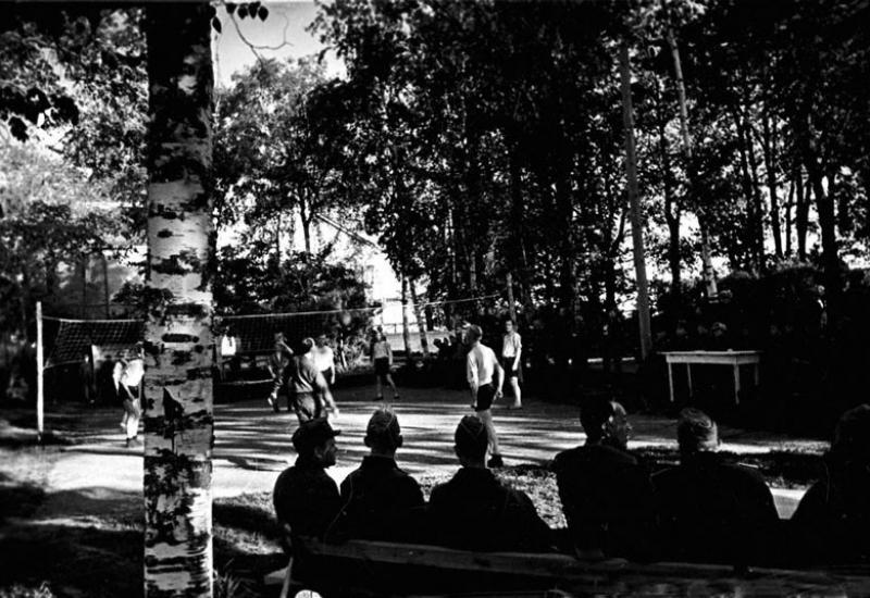 Военнопленные лагеря № 160 на волейбольной площадке. Суздаль, 1943 г.