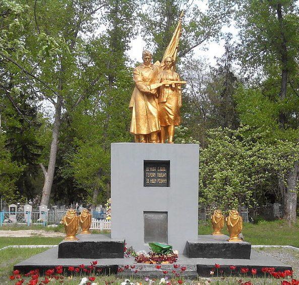 г. Шостка. Памятник, установленный в 1965 году на братской могиле, в которой похоронено 23 советских воинов и 2 партизана, погибших в 1942 и 1943 годах.