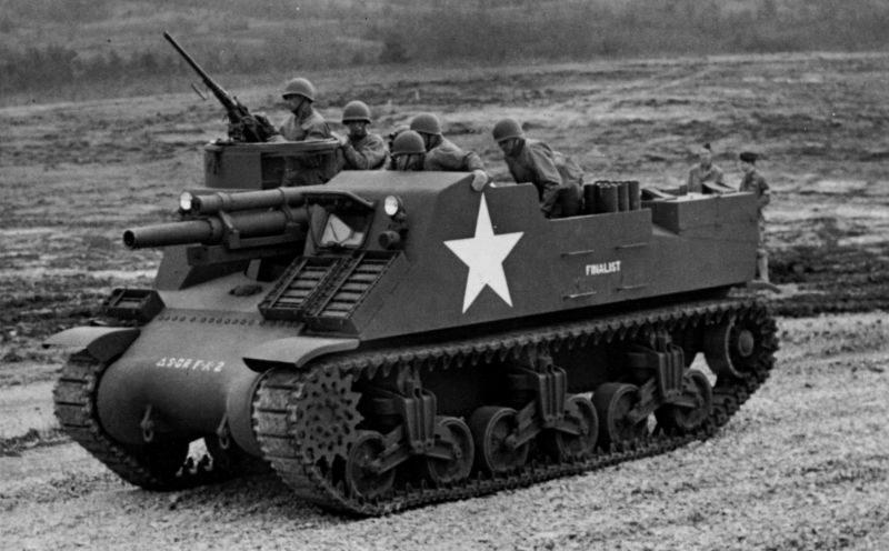 Артиллерийский расчет на американской 105-мм самоходной гаубице М7 «Прист» во время учений. 1944 г.