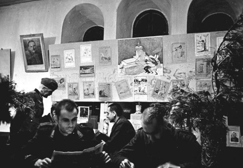 Заключенные лагеря военнопленных № 160 в библиотеке лагеря. Суздаль, 1943 г.