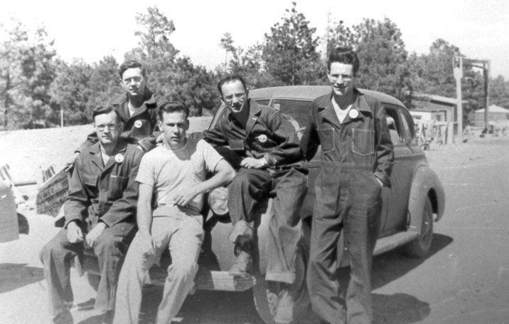 Участники испытания атомной бомбы на полигоне Аламогордо. Сентябрь 1945 г.