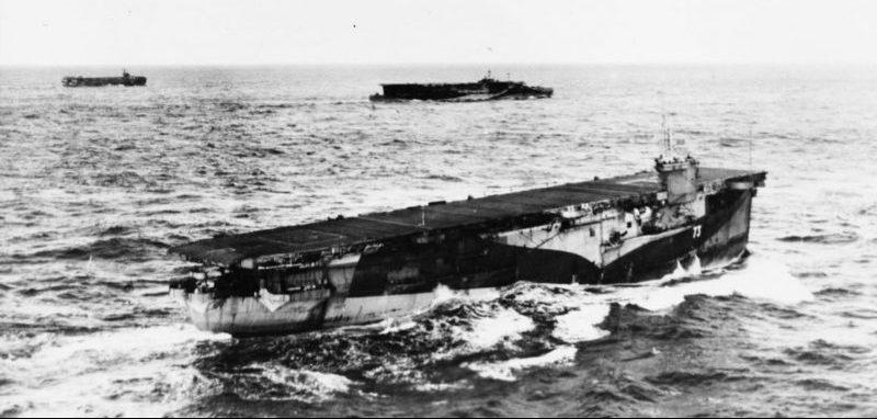 Британский эскортный авианосец HMS «Pursuer» в плавании в составе конвоя в Атлантике. Июнь 1944 г.