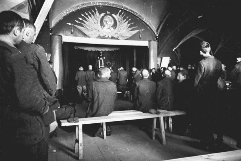 Итальянские военнопленные лагеря № 160 на молебне. Суздаль, 1943 г.