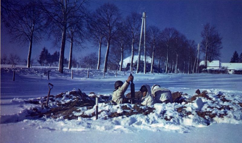 Минометный расчет ведет огонь в районе Сен-Вита в Бельгии. Январь 1945 г.